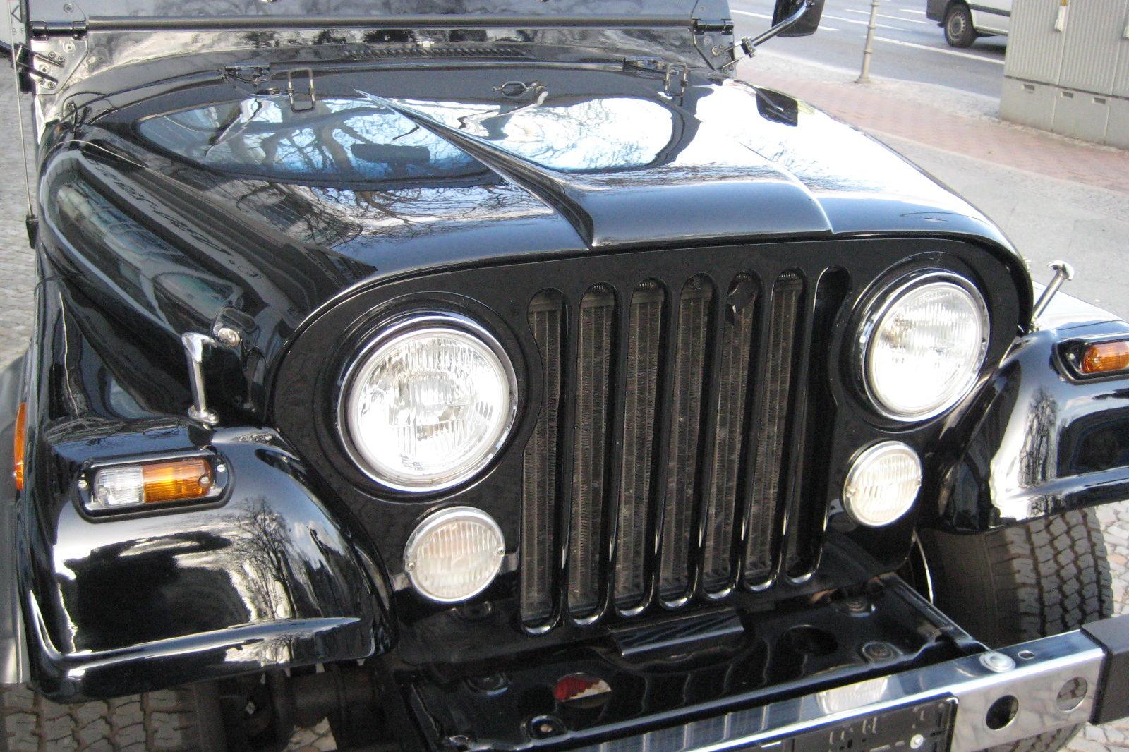 Jeep CJ 7 in schwarz (Vorderansicht)
