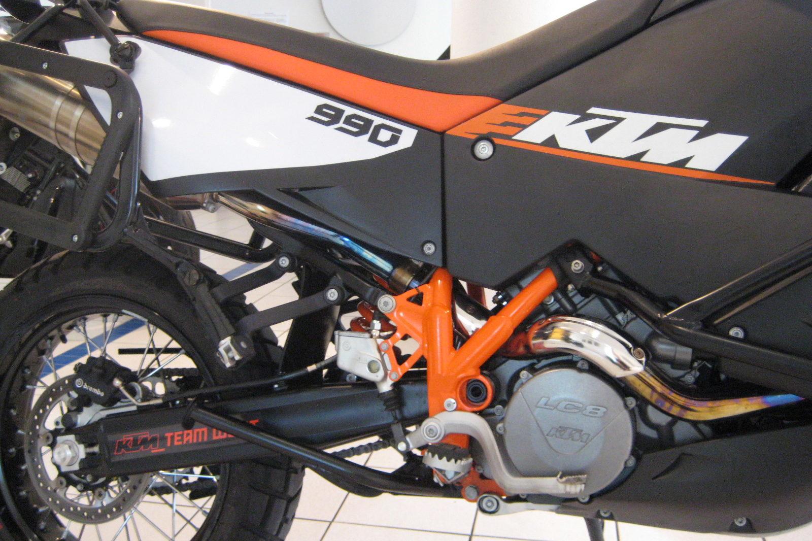 KTM 990 Adventure in schwarz und orange